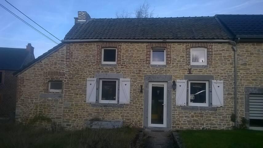 Chambre chaleureuse au village de Couthuin - Héron - House
