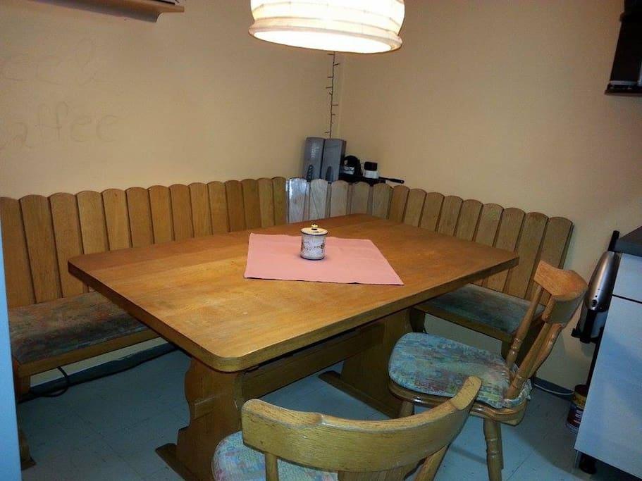 Ein schönes Ambiente am Abend zum Essen bietet die Eckbank in der großen Wohnküche.