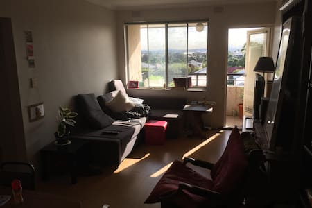 Bright two-bedroom apartment with great views - Lakemba - Leilighet
