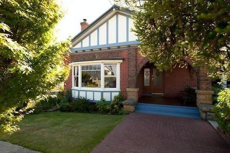 Bellerive Bluff - spacious house