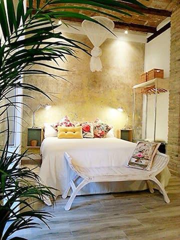 La cama de matrimonio integrada en un espacio vital acogedor y románico