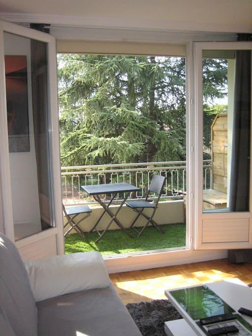 Le balcon pour prendre l'air et le petit déjeuner selon la saison