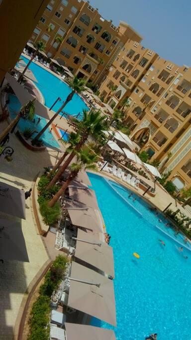 Vue de l'appartement sur la piscine