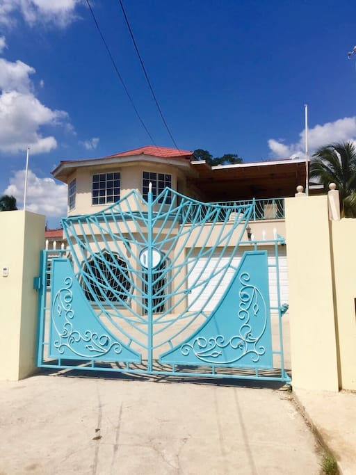 A Mini Mansion. Amazing 6 bedroom two story house with private Pool, Jacuzzi, Bar and Gazebo!!!