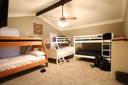 Catch a bed @ DFW Airports #1 crashpad - Hostel - Euless - House