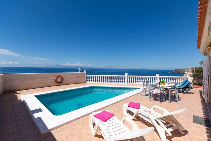 Front line 3 Bedroom Villa. Amazing sea views.