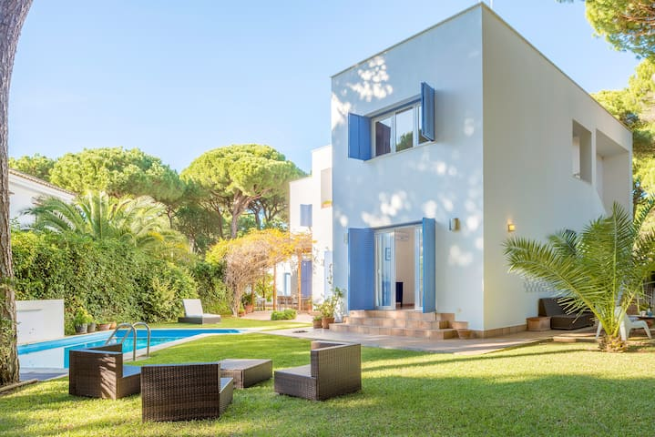 Air-conditioned Villa & Adjoining Apartment with Wi-Fi, Pool, Terrace, Garden & Mountain Views