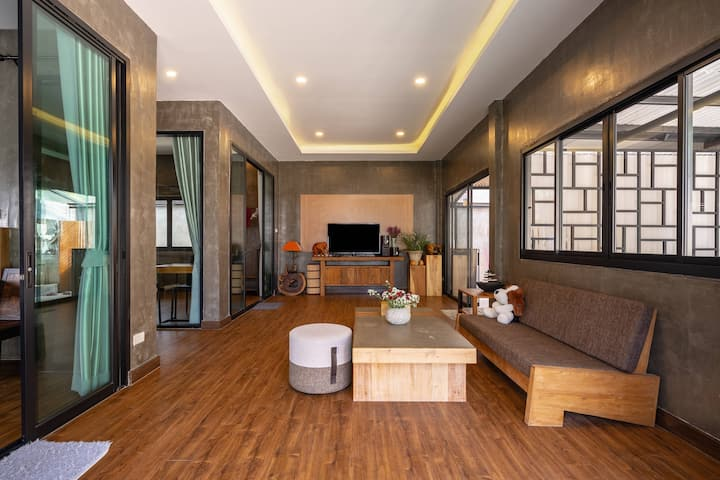 At sabai house 非常舒适的新房子木雕村别墅,靠近百货购物中心 , 靠近机场