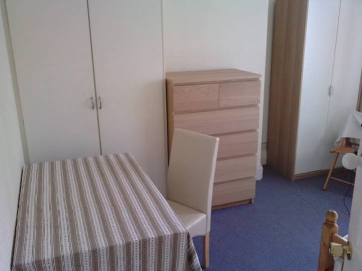 1 Comfy, large room-Wolverhampton