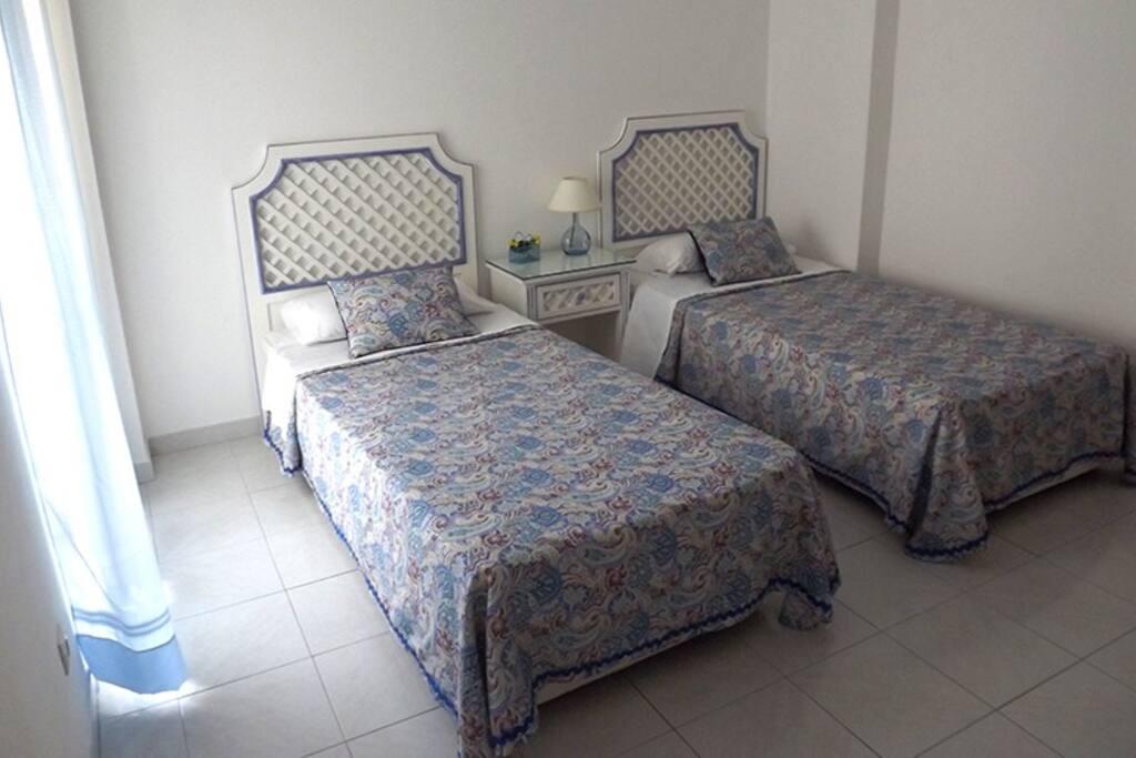 Quarto com duas camas. Bedroom