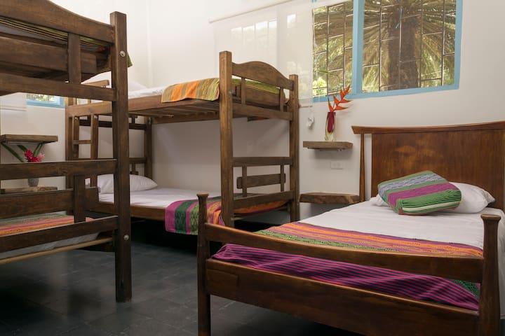 HABITACIÓN FAMILIAR  Capacidad para 5 personas en camas individuales.No tiene aire acondicionado.Tiene ventiladores.Baño compartido