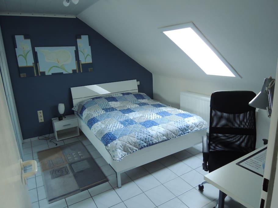 Schlafzimmer und Arbeitsplatz / bedroom and desk