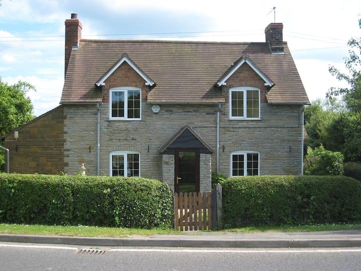 Macbeth Cottage - Sleeps up to 6 - HOT TUB