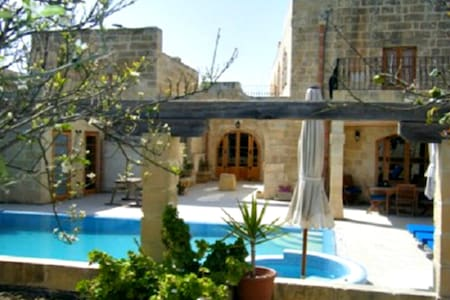 Imgarr 3 Bedroom AirCondition Outside Pool Jacuzzi - L-Imġarr