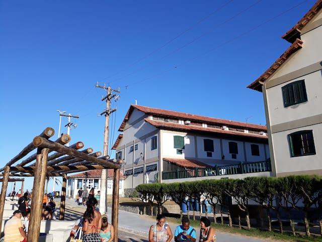 Vista externa na rua em frente ao prédio Flat Âncora