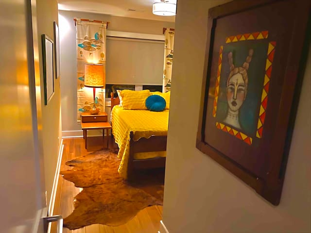Cozy MCM Furnished Private Room near Downtown Indy