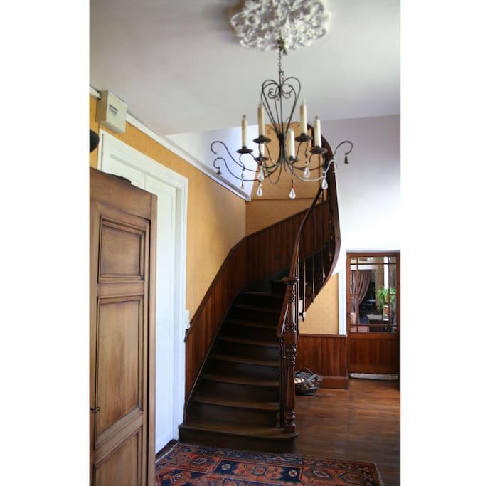 Une entrée et un escalier indépendants vous mènent à votre étage privatif