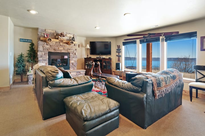 Roomy & luxurious lodge w/ a covered deck, private hot tub, games, & Ping-Pong