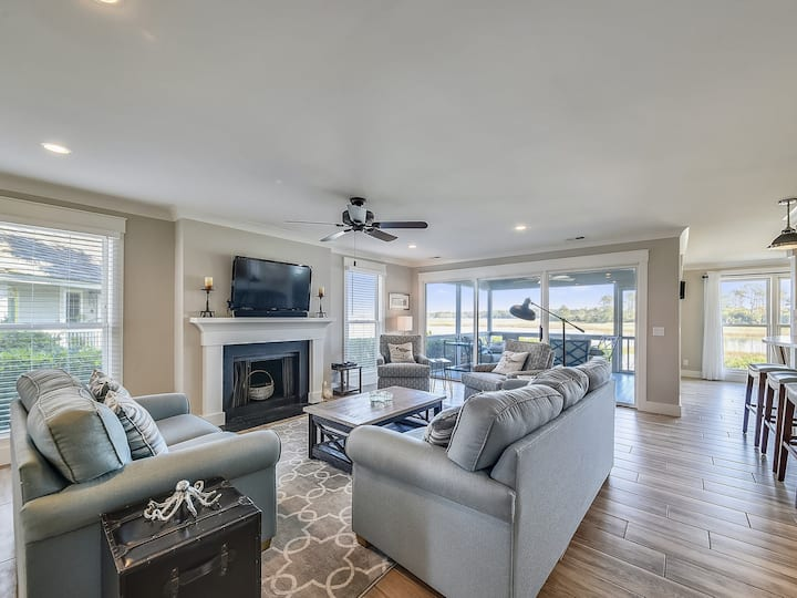 46 Lands End- Beautiful newly renovated townhouse right on the water
