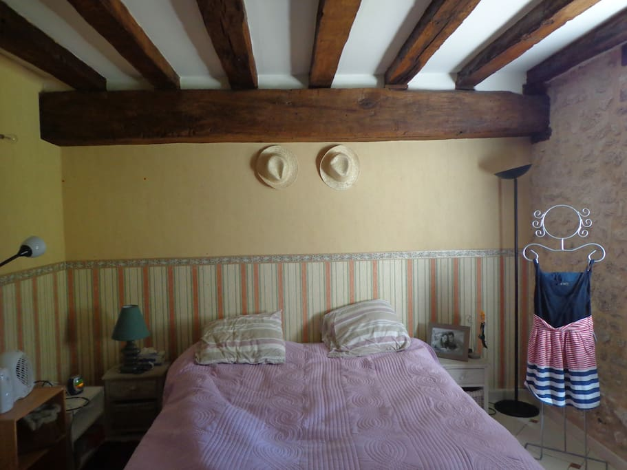 Un lit King size avec une vue directe sur le jardin et sa sdb attenante
