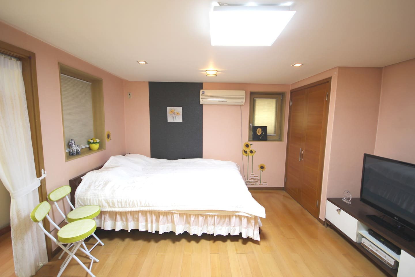 Cozy and spacious entire studio! The studio size is 33 square meters. (11평 in Korean) It's more spacious than pictures:)