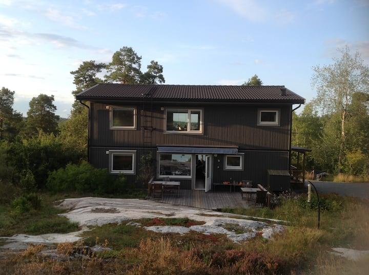 Ljus lägenhet i skärgårdsnatur nära Stockholm