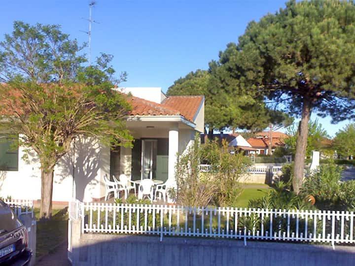 Villa piano terra con giardino angolare e patio