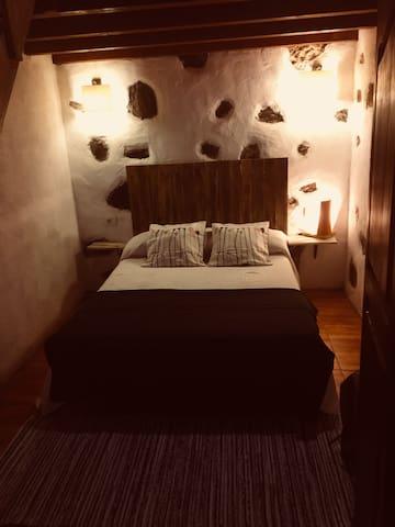 Cama matrimonio  más altillo ( capacidad de la habitación 4 personas)