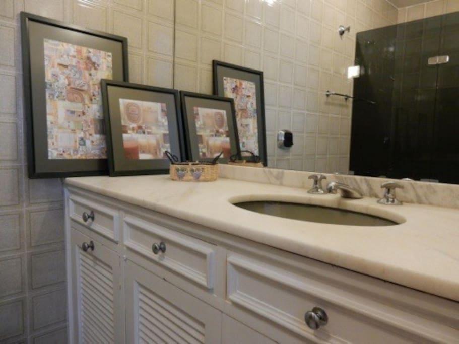 Espelho grande ,espelho grande, confortavel , bancada em e piso em marmore.