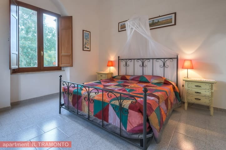 Apt. Il Tramonto - bedroom with king sized bed and mosquito net over