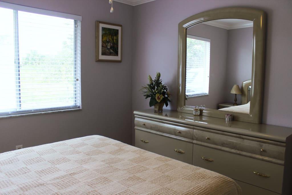 Marble Bedroom: queen size bedroom set w/dresser, walk-in closet.