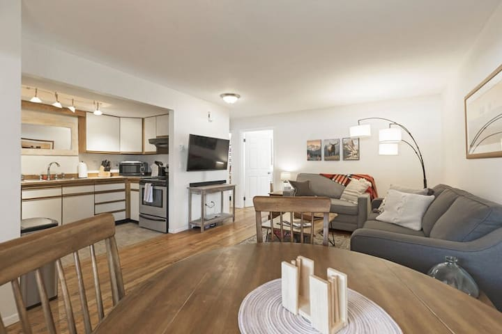 **Downtown Whitefish condo with all new furniture , bedding and artwork***