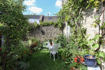 Bright Two Story Garden Cottage - Bruton - Casa