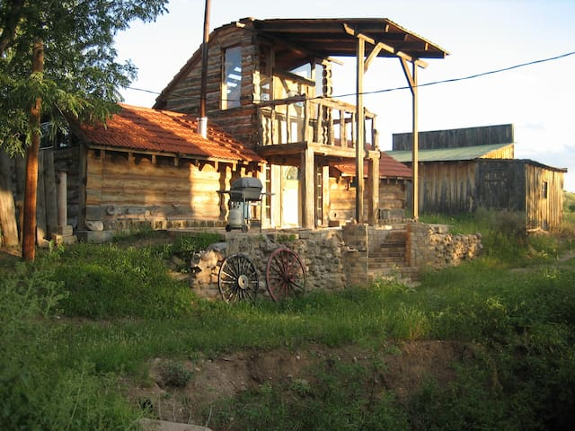 Unique log cabin on the Gila - Gila - Ev