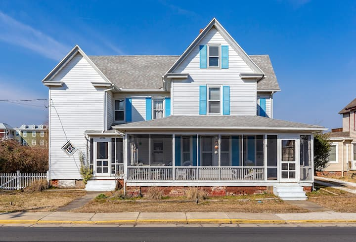 Great White is a stately Victorian Vacation Rental that sleeps 12 in the heart of Chincoteague Island. Bring the family - even your Dog to enjoy life on our beautiful Island.