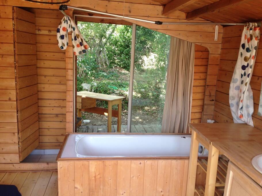 cabane avec 2 terrasses toilette s che bain clim cabins for rent in aix en provence provence. Black Bedroom Furniture Sets. Home Design Ideas