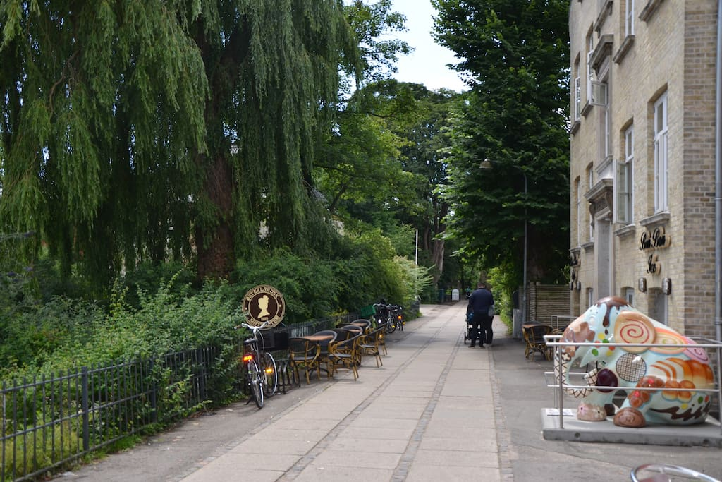 The apartment is right on the path way to beautiful Frederiksberg Garden