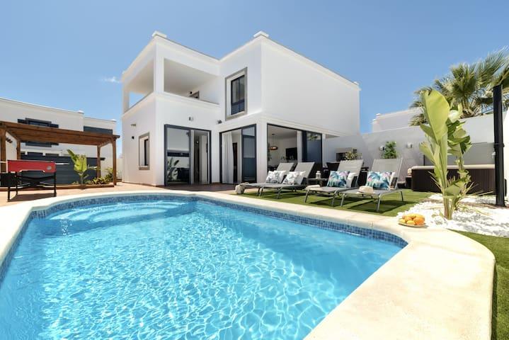 Villa Acacia. Piscina Climatizada