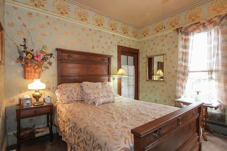 Carpenter Gothic Room - Geyserville - Bed & Breakfast