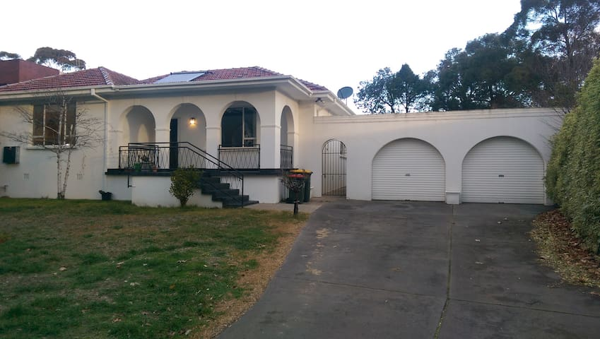 Perfect Red Hill Home. The Heart of Canberra. - Red Hill - Huis