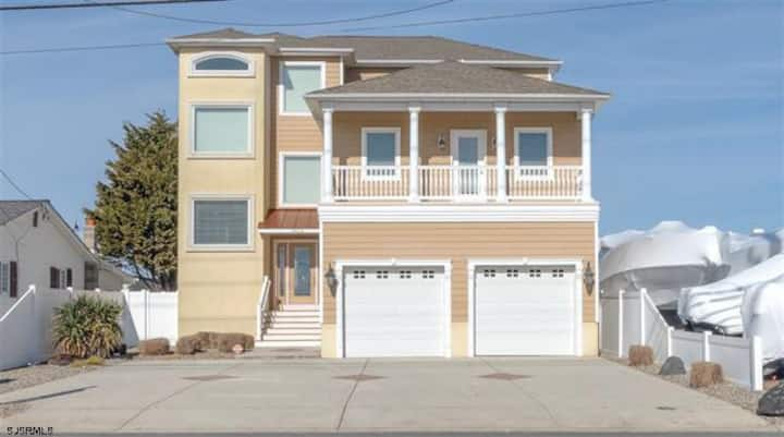 5 bed 4 bath single family Home on Bay