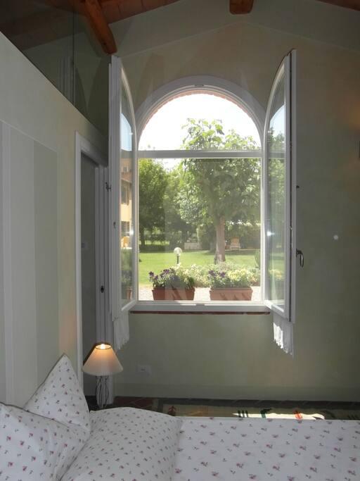 camera da letto con vista giardino