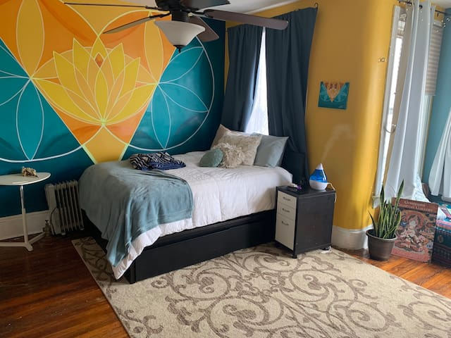 Spacious Room 1 block from Green/Yellow line 3-10