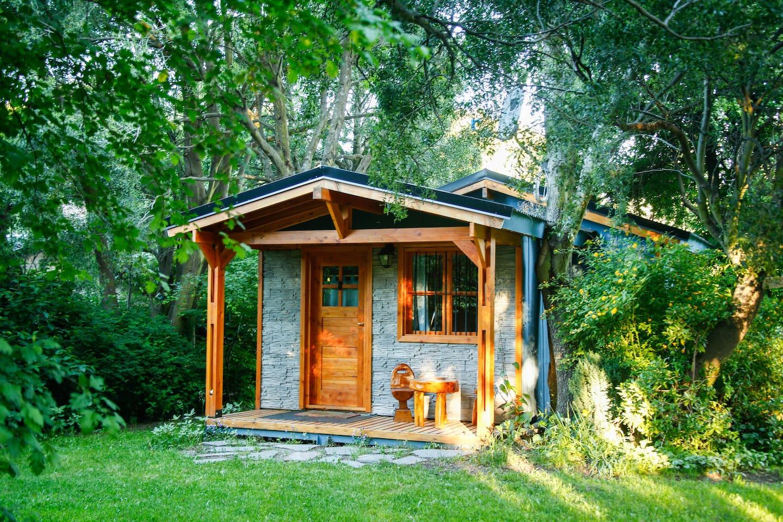 Cabaña para dos rodeada de un entorno natural.