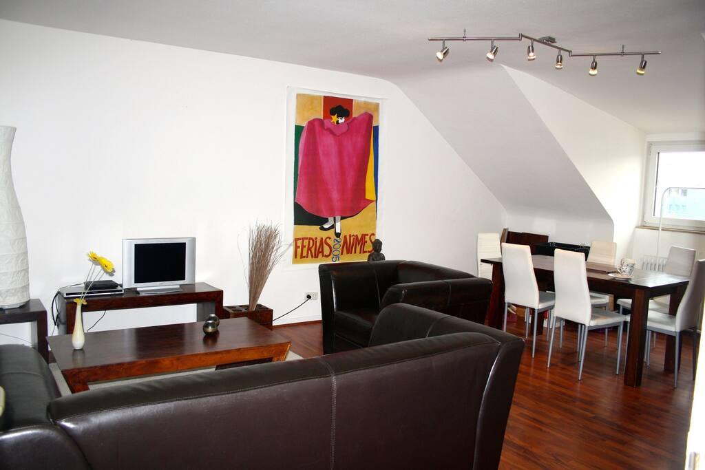 Wohnzimmer mit Couch und Essbereich