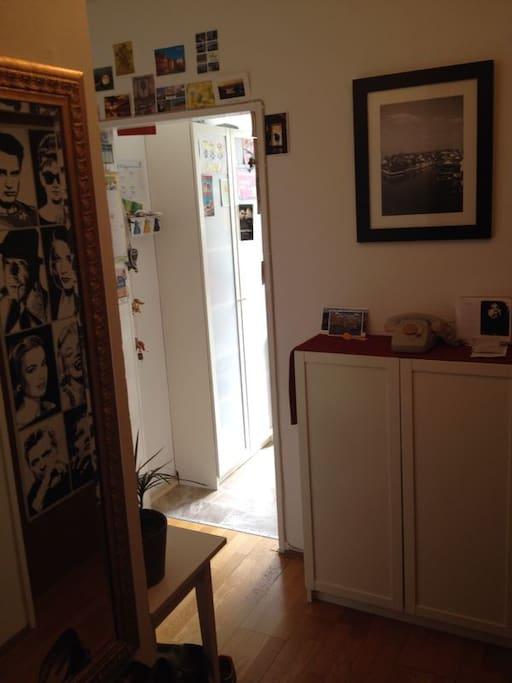 zentraler Flur, aus dem man in die Küche, ins Bad und die zwei Zimmer erreichen kann