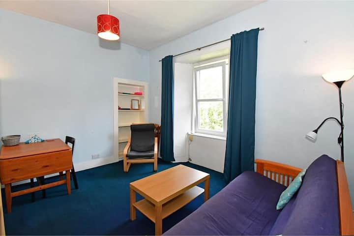 Bright, quiet Central Edinburgh top floor flat.