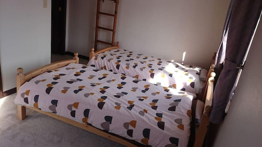 Second floor. Bedroom/Bed and Japanese futon. 2階寝室/ベッドと和布団