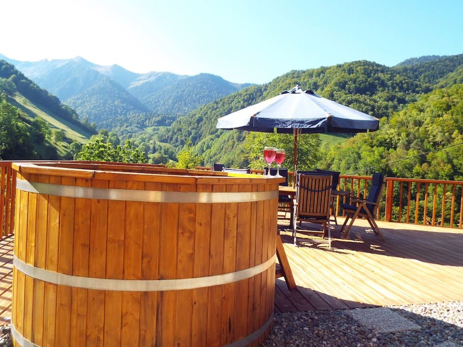Beautiful decking area. Nordic tub perfect for all seasons.