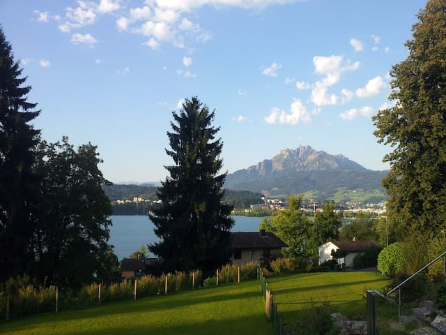 room with view :-) private bathroom - Luzern - Huis